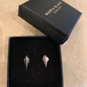 De er af 925 Sterling Silver og  oxideret.  De sælges samlet for 100 kr.  Æske følger med.