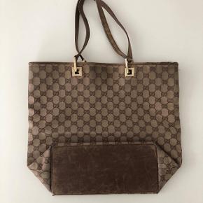 Gucci skuldertaske. Vild lækker kvalitet !   Vintage look, meget fed tote bag med det kendte Gucci monogram mønster på.