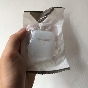 Airpods Cover passer både til gen 1 & 2🤩  Beskytter dine airpods, hvis du skulle tabe dem, samtidig med at de ligger bedre i din lomme og har meget svære ved at falde ud😃  Der er 5 tilgængelige af hver farve, skriv pb ved køb af flere📩  Fås i sort, hvid & fersken   Har en masse andet til salg tag endelig et kig