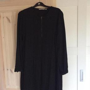 Varetype: Blød og behagelig kjole / tunika Størrelse: M ( L ) Farve: Sort   Oprindelig købspris: 500 kr.  Kun brugt meget lidt, så fremstår som ny - kan også bruges af str L
