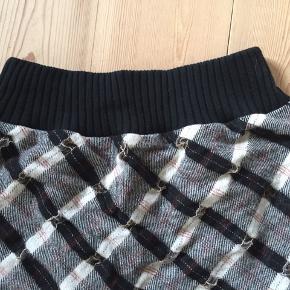 Fin og speciel nederdel i flere asymmetriske lag - stoffet er vist uld og så små, indvævede detaljer i transp. stof. Foer i så den ikke kradser. Brugt to gange