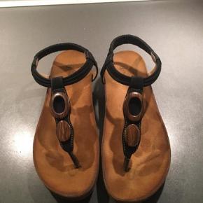 """Lækre tåsplit sandaler m/ankelrem i sort m/brune trædetaljer sælges. Jeg har tilladt mig at skrive """"aldrig brugt"""", da de kun er brugt i 2 timer. Sender med DAO. Handler gerne mobilepay. #30dayssellout"""
