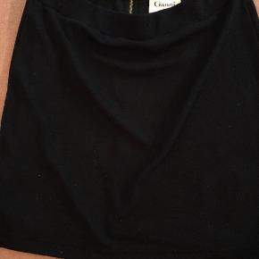 """""""Udsalg"""" - jeg skal rejse i 3 mdr. alt skal sælges inden onsdag aften :)  Lækker nederdel fra Ganni. Jeg har angivet det er en M, det er officielt en L. Jeg synes den er lille i størrelsen. Hele nederdelen er lavet elastisk materiale og der er elastik i taljen."""
