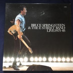 Bruce Springsteen and The E street band live 1975-85 5 lp'er i god stand. Inkludere boks med alle fem lp'er i, samt et magasin med lyrik og billeder fra koncerterne.  Kan afhentes i Aarhus C