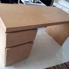 Skrive/computerbord med 2 rum. 5 små skruehuller i siden, deraf prisen. Længde 140, dybde 65, højde 72 cm.