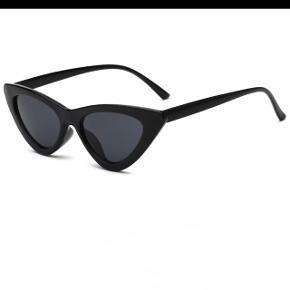 Sælger disse super fede cat eye solbriller med et lækkert twist. De er aldrig brugt og ligger stadig i original emballage, derfor er prisen også fast.  De har kostet 129 kr fra ny og sælges til 75 kr + porto (10 kr)