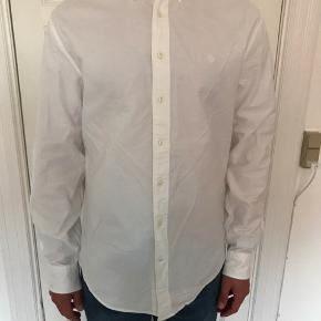 Hvid Gant skjorte til herre str. XL. Sælges da den er for stor.   Brugt en enkelt gang.