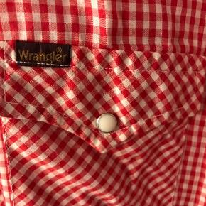 Rød og hvid-ternet skjorte med hvide trykknapper fra Wrangler. Let i stoffet.