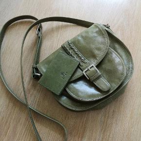 Flot lille crosovertaske i grøn skind. 18x22 cm. Ingen fejl - helt intakt.