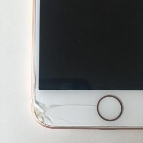 iPhone 8 64gb🌸 Brugt i 9,5 måneder. Alt virker som det skal, dog smadret bagskærm og ridser. Kasse, oplader, og ubrugte høretelefoner medfølger.  Byd.  Giver mængderabat, tjek profilen ud!