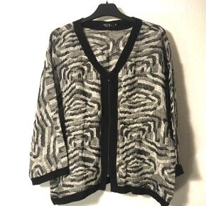 Flot let sort/hvid mønstret cardigan str. 50  76% linen 11%  Polyester  10% Cotton 3%  Polyamid  Sender gerne på købers regning.   Evt byd 🤗