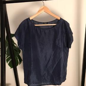 """100 % silke. Stoffet på brystet ser ud som om den er """"bristet"""", men man ser der KUN mod lyset, ikke når man har blusen på. Derfor prisen"""