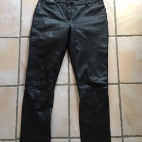 Smukke skind bukser fra Bruuns Bazaar med foer.  Bukserne er gået lidt fra ved den ene baglomme - se foto, derfor den lave pris 😉