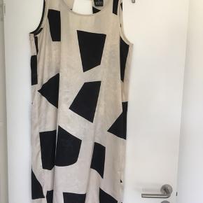 Smukkeste kjole i 100% silke str. M (passer str. S og M). Mærke: DRYS by Drys Danmark Fremstår helt som ny.
