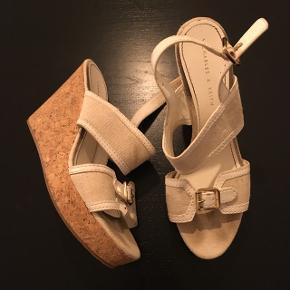Lækre kilehæls sandaler i str.36. 75 kr. eller BYD.
