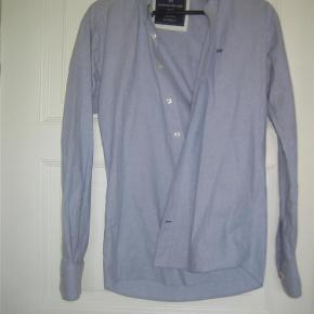 Brand: Kronstadt Funky Shirt Varetype: Smart skjorte Farve: lys blå Oprindelig købspris: 500 kr.  Smart Slim-line skjorte. Ikke brugt ret mange gange, så meget pæn og velholdt. Mindstepris 75+