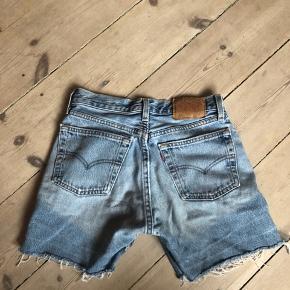Afklippede levis shorts, som sidder stramt. Står 27 i waist, men de er meget små i det