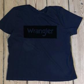 T-shirt fra wrangler med velour detalje.   Skriv endelig hvis du har spørgsmål💛💛