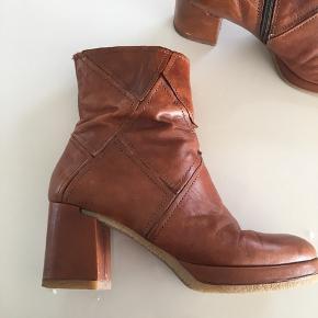 Virkelig fine støvler i det lækreste læder købt i Italien. De er af høj kvalitet og i str. 39. De er brugt lidt, men stadig super fine 👌🏼. Nyprisen var 1299kr.