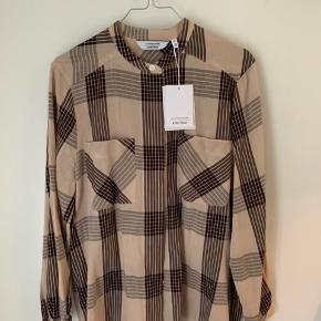 Sælger denne super flotte skjorte i str.36.  Den fitter en 36/38 🌸 aldrig brugt og nypris var 400,-  Byd