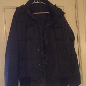 Tyk jakke med pelskrave
