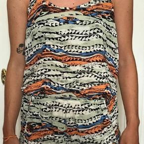 Super fin kort buksedragt fra Zara. Passer perfekt til en varm sommerdag. Er gennemsigtig på ryggen.  Lille i størrelsen og ikke særlig lang.