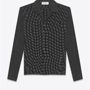 Varetype: Prikket Silke Skjorte Størrelse: 37 Farve: Sort Oprindelig købspris: 5000 kr. Kvittering haves. Prisen angivet er inklusiv forsendelse.  Prikket silke skjorte fra Saint Laurent.   Størrelse 37. Fitter løst i størrelsen. Perfekt til en strørrelse Small.  Super lækker og luksuriøst i materialet. Perfekt til skinny jeans. Fremstår i perfekt stand.  Købt i Paris og sælges i perfekt købt stand med original tag samt kopi af kvittering.   Nypris 5.000kr Sælges for 3.000kr inkl forsendelse.