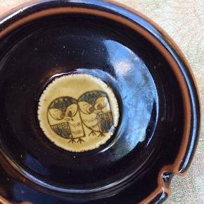 Ugler, retro arvestykke, sødeste uglemotiv, keramik, askebæger/skål, er aldrig brugt som askebæger, ingen røglugt, inen skår, næsten som nyt. Diameter 10,5 cm. 125 pp, fast pris. Giver mængderabat.