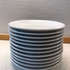 12 stk kagetallerkener 16,5 cm  5 af dem har været brugt 2 gange og de andre har ikke været i brug