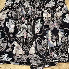 Sød kort nederdel i flot print