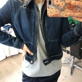 Sælger denne her denim jakke fra NA-KD, den er i en str 36/S og den er som ny! Byd gerne:)
