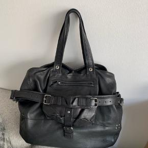 Sælger min skønne Billy taske fra Jerome Dreyfuss. Det er Billy Large og modellen er en smuk, eksklusiv og rummelig taske i det fineste sorte lammeskind med signatur nitter, skulder rem. Tasken er i det blødeste skind. Den smukke Billy taske har et stort rum og et udvendigt rum med lynlåslukning. Tasken har 2 hanke og en skulderrem og kan bæres i hånden eller over skulderen. En cool, praktisk og rummelig taske som er perfekt til hverdagen. En smuk og uundværlig taske fra Jerome Dreyfuss. (Billy Large er en smule større end Billy Medium)  - To læderhanke  - En skulderrem - En udvendig lomme med lynlås - Et indvendigt stort rum  - Mål: ca. 40 x 45 x 20 cm. - Taske: 100% lammeskind, foer: 100% bomuld  Jeg har haft brugt tasken i en periode, men der er ingen tydelige tegn på brug såsom pletter, huller eller lignende. Den indbyggede lommelygte fungerer ikke længere.  Tasken har fornyeligt været hos en lædermand og tasken har fået et omgang sort farve, så tasken ser ud som ny:)   Nypris er omkring de 5000 kr.  Det er muligt at se tasken på Østerbro😁