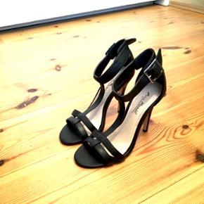 Købt i USA og er meget velholdte.  #sommer, sandaler, bryllup  Se også mine andre annoncer, med gode priser på blandt andet tøj fra designers remix, Won Hundred og mbyM.