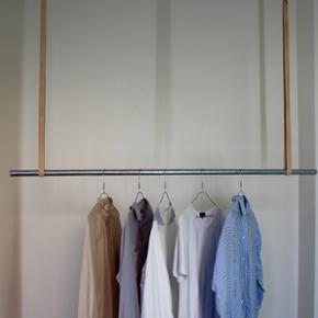 Sælger mit tøjstativ med læderremme der hænger ned fra loftet. Det er meget stærkt og kan bære ca 200 kg tøj, og så giver det er fantastisk overblik over alt tøjet.