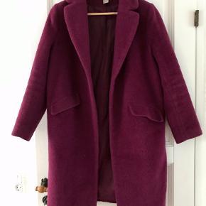 Flot halvlang bordeaux-lilla frakke fra H&M. 85%uld og 15% alpaca. Med lommer. Designet til at stå åben (uden knapper). Almindelig i størrelsen.