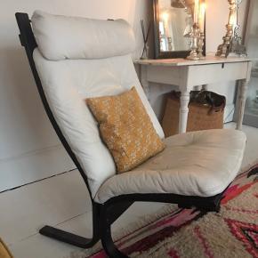 Super flotte Siesta stole i Hvidt læder og med sort træstel. Stolene er produceret i Norge og er fra 70'erne De er begge i flot stand  Pr. Stk 500kr samlet 800kr