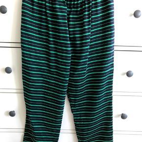 Ankelbukser. Materiale: Bomuld/Silke. Farve: Navy/Grøn. Se blusen som passer til - på en af mine andre annoncer.