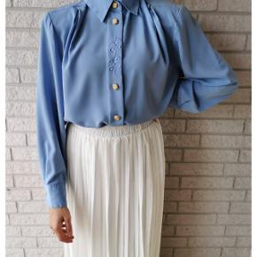 Wauw! Vintage Baby blue shirt. Fits: 34-40.