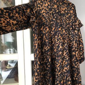 Fin kjole i silke lignende materiale. Afhentes på Nørrebro eller sendes med Dao (fragt betales af køber)