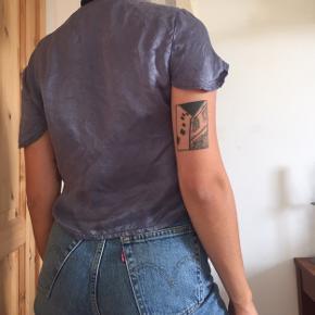 """Blå silketop fra Brandy Melville """"One size"""", men passes nok bedst af xs-m"""