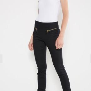 LONG ZIP LEGGINGS VERO MODA  BYD!  Str: XS/S.  Denim leggings.  Skinny fit.   Stretchy cotton-blend qualtiy.  High waist.  Zip detail at the front.  70% Cotton. 29% Polyester. 1% Elastane.  For flere billeder se i kommentar.  Se også mine andre annoncer ;)