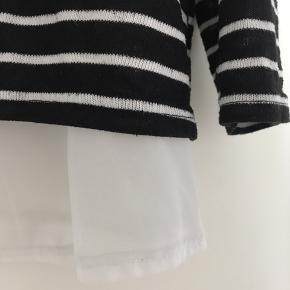 Fin bluse med slids bagpå. Den er købt i Primark i London. Fejler ingenting men sælger billigt, da jeg har haft den i nogle år. Får den dog ikke brugt.