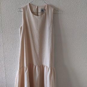 Kjole fra Asos i en ferskenagtig farve med 'dipped hem'. Aldrig brugt og stadig med prismærke.  Kan afhentes i Roskilde, tages med til Odense eller sendes.