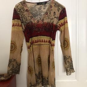 ✨ Virkelig fin boheme / boho tunika i mesh med bindesnor i taljen og mønstrede detaljer. Købt vintage og aldrig brugt!  Sælges udelukkende grundet flytning.