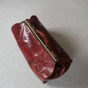 Smuk Old Angler taske, i ægte italiensk læder. Koster som ny over 2000 kr. Et enkelt lille bitte slid mærke, men ellers er tasken i fantastisk stand. En taske i absolut super kvalitet. MP 1200 kr.