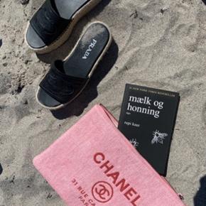 OVERVEJER at sælge min super fine Chanel clutch. Kan bruges som catch-all, strandtaske, clutch og endda som computer  cover/sleeve. Er oprindeligt købt hos Laulayluxury, kvittering medfølger. Sælges allermindst for 4000kr, bud herunder modtages ikke da jeg ellers beholder den selv. Bytter ikke. Kan afhentes i kgs lyngby eller sendes gennem tspay :)