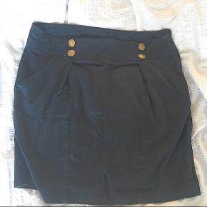 """Super fin nederdel, str M  Du kan trykke """"køb nu"""", og så er vores handel forsikret, gennem tradono.  Jeg sender også gerne med DAO, for 38 kr hvis ikke du er interesseret i at oprette en handel eller trykke """"køb nu"""". 🌈  Varen kan også hentes i Randers 🤝"""