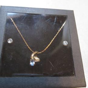 Flot og enkelt smykkesæt bestående af slangekæde med vedhæng og ørestikkere med similisten.  Danish Design - Sættet er testet 100% nikkelfrit. Nyt og i ubrudt emballage. Se flere smykkesæt på min profil.