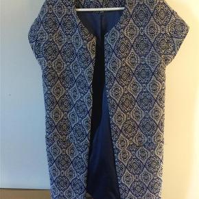 Varetype: Flot overdel / jakke Farve: Sort, råhvid og blå  Lukkes med skjulte hægter.  Handler gerne via mobilpay - ellers plus gebyr :)  Spørg og byd......