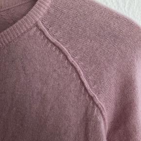 Smukkeste cardigan i cashmere/ uld blanding fra Rosemunde i skønneste Rosa farve  Str. S  Skriv' endelig, hvis du har spørgmål eller ønsker flere billeder!